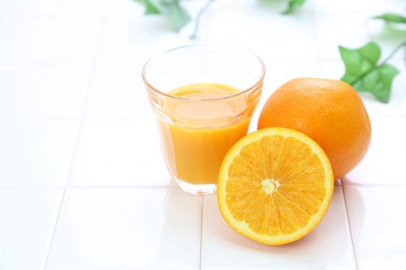 切ったオレンジと絞ったオレンジジュース