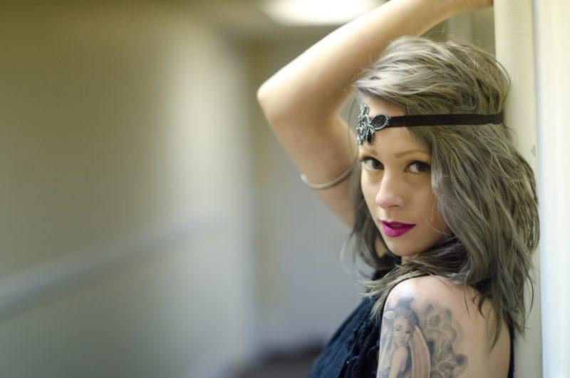 刺青が入っているグレーの髪色の外国人女性