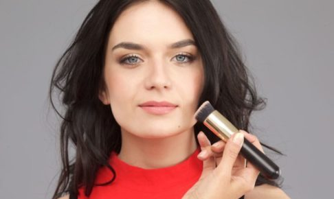 ファンデーションを塗る外国人女性モデル