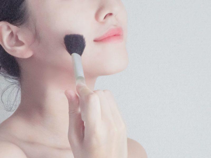 なりたい肌をイメージしてメイクしている女性