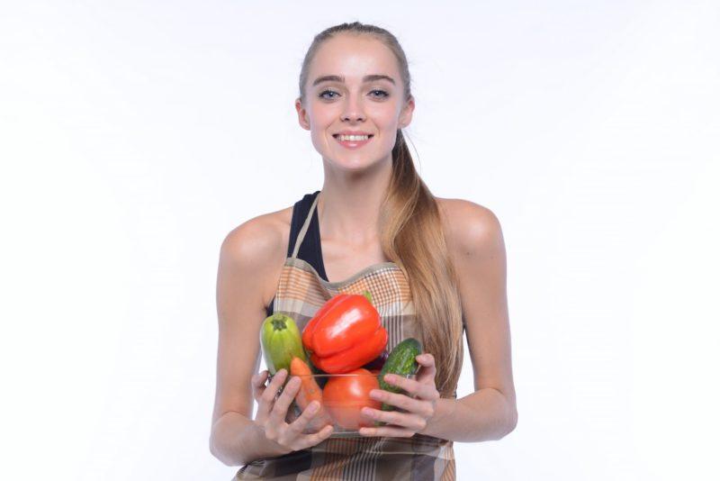 たくさんの野菜を持ってこれから料理しようとしている女の子
