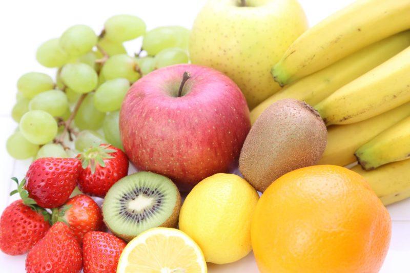 色とりどりのおいしそうな新鮮フルーツ
