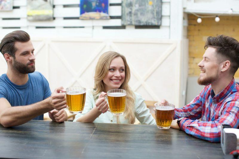 男2人女1人でビールを飲んでいる光景