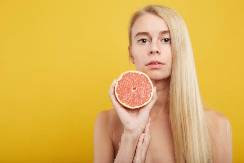 グレープフルーツを持っている女の子