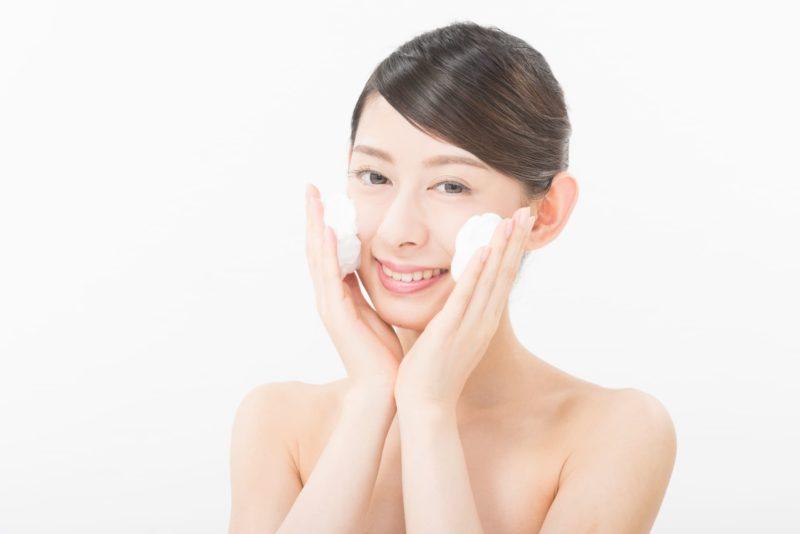 泡洗顔をしている女性