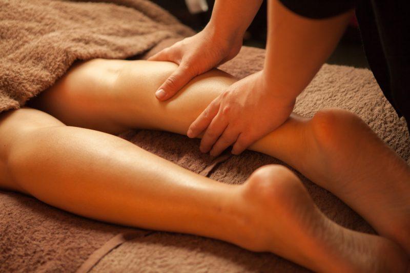 脚にリンパマッサージを受けている女性