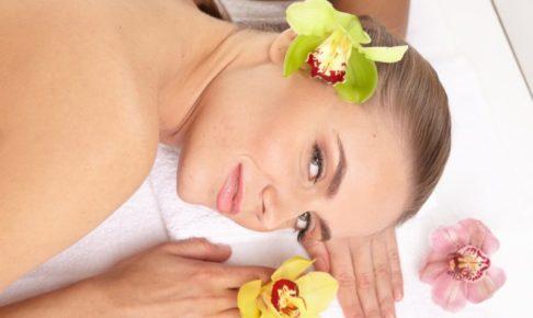 マッサージを受けている女性と花びら