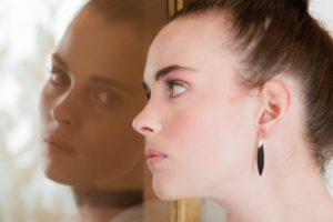 鏡と外国人女性