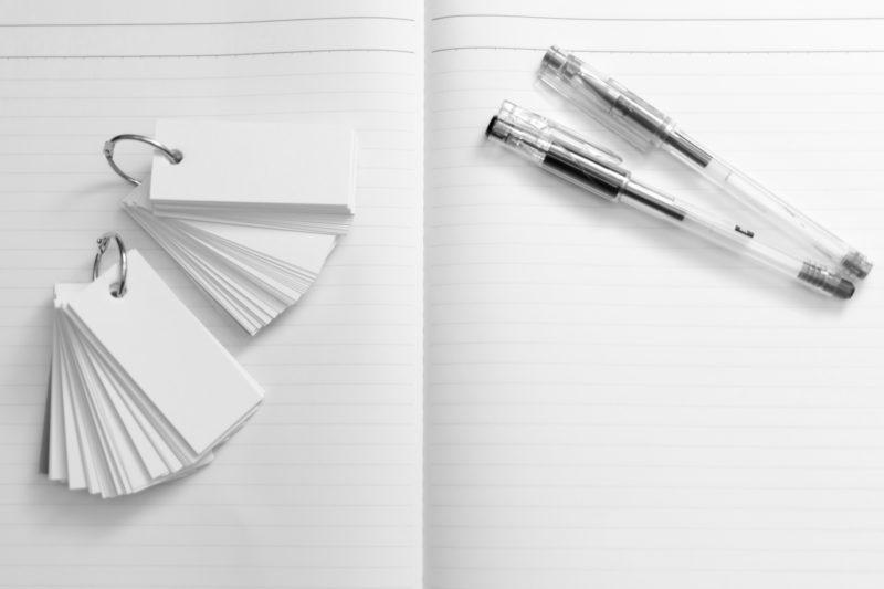 開いているノートとボールペンと単語帳