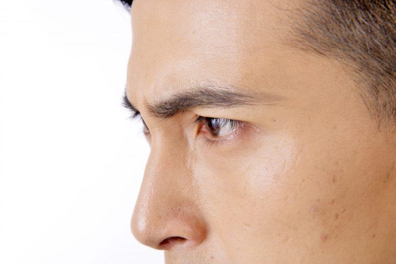 男性の横顔のアップ画像