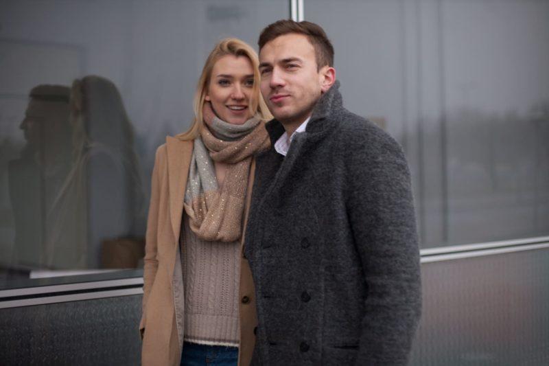 街中を歩いている外国人男性と女性
