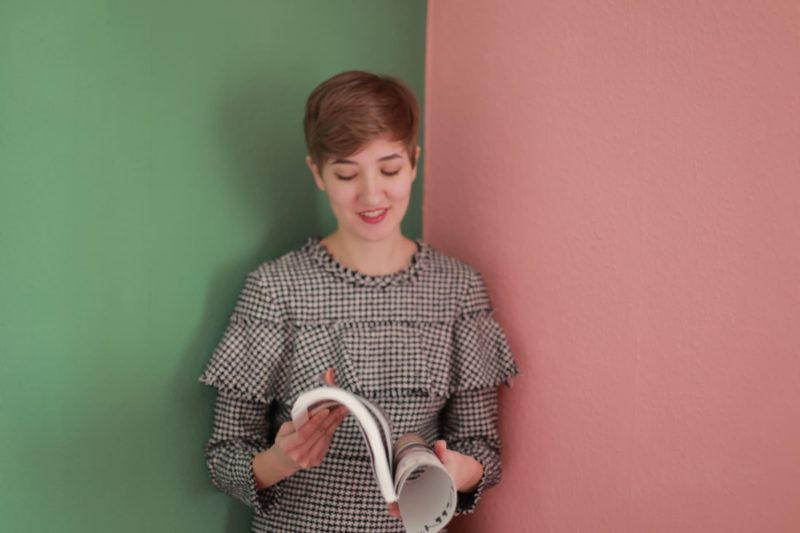 穏やかな表情で本を読んでいる女性