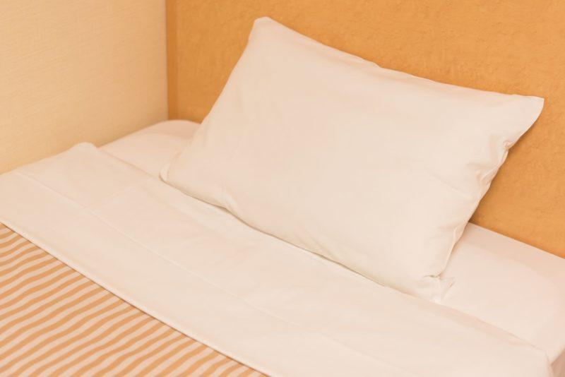 清潔にしている枕カバーやシーツのベッドメイキング