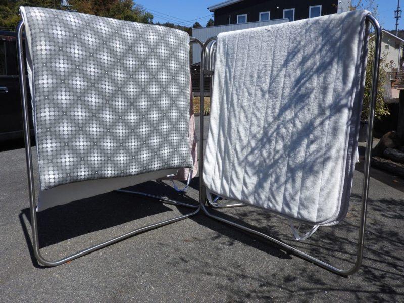 天日干しをしている2組の布団