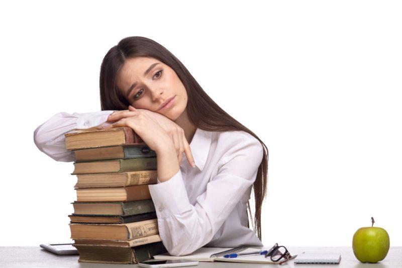 仕事を抱えて疲れている女性