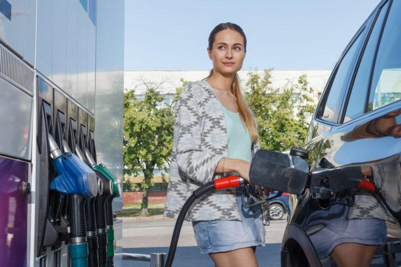 ガソリンスタンドで給油をしている女性
