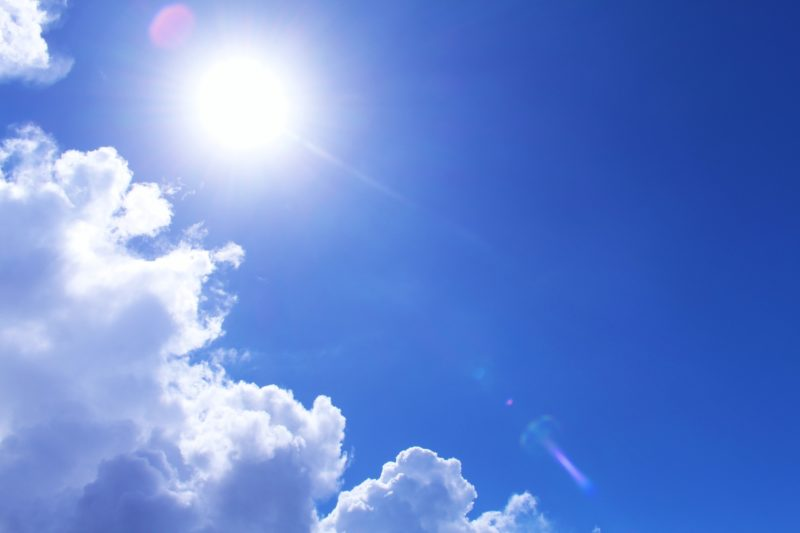 太陽と雲がある空