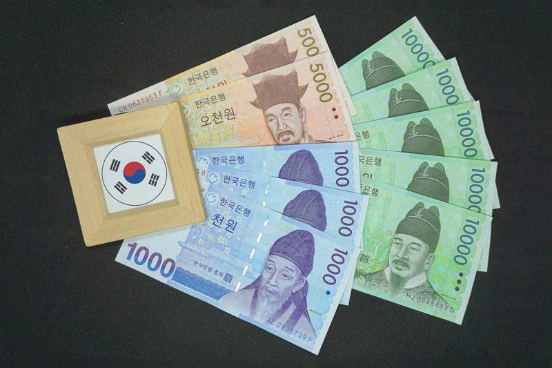 たくさん置いてある韓国紙幣達