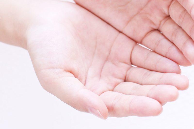 両手の手のひらを、水をすくうように見せている手