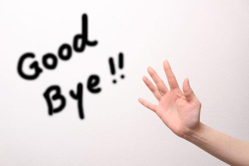 手のひらを45度の角度で上に掲げ、白い壁面に「Good Bye !!」の文字が浮かび上がっている