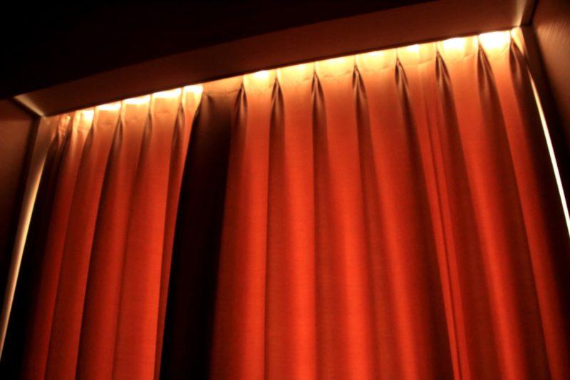 遮光カーテンが日光に照らされてけオレンジ色に染まっている