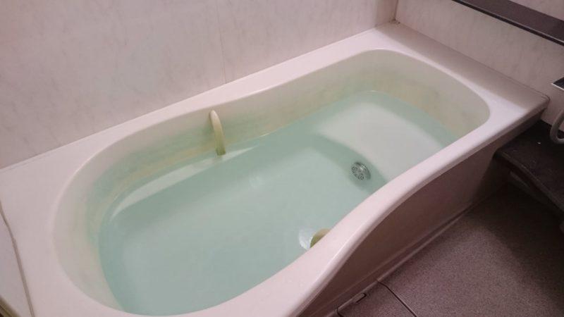 バスタブにたくさんお湯を張っている湯船