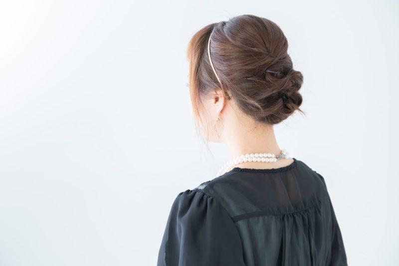 きれいにドレスアップして髪を結い上げている女性