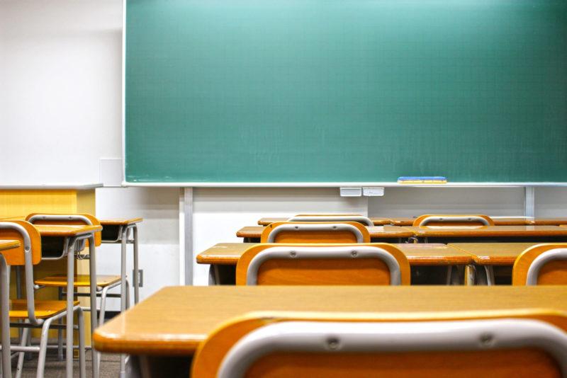 きれいな黒板と整頓された机がある誰もいない教室