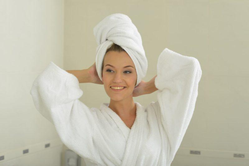 頭にタオルを巻いたお風呂上がりの女性