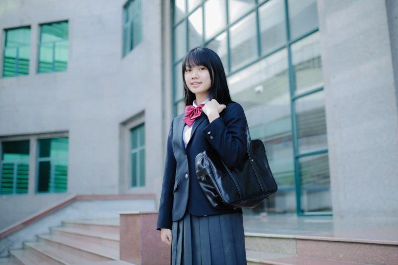 これから登校しようとしているブレザー姿の女子高生