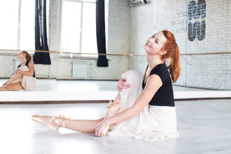 バレエのレッスンで顔を上げてストレッチをしている様子