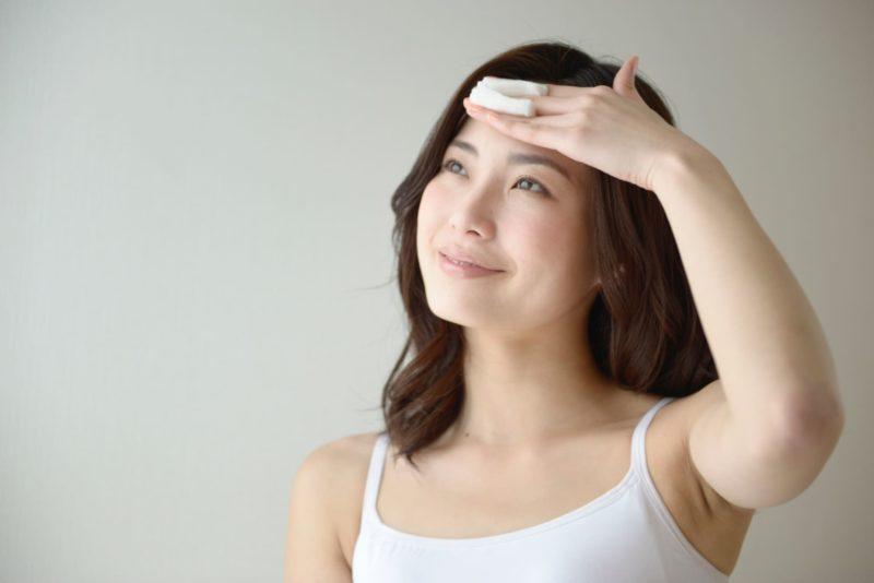 おでこにちゃんと保湿をしている日本人女性