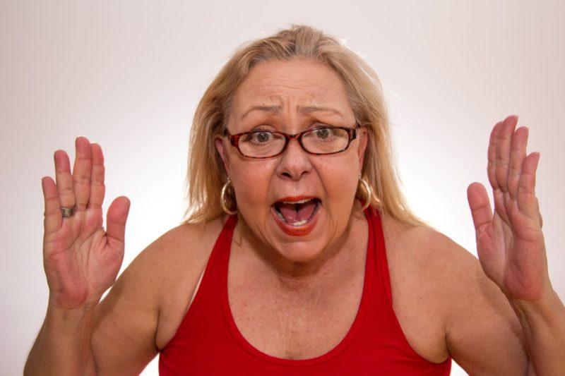 赤タンクトップの金髪外国人おばちゃん