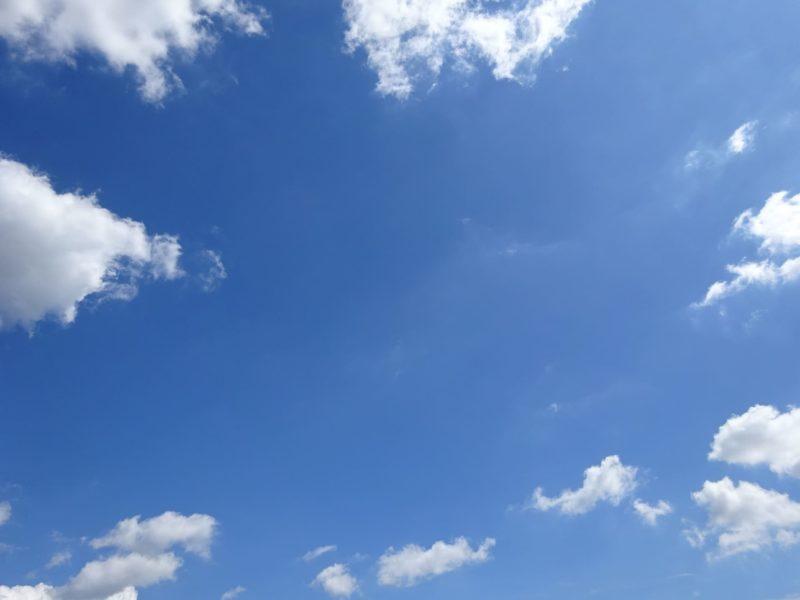 真ん中青空外に雲少し