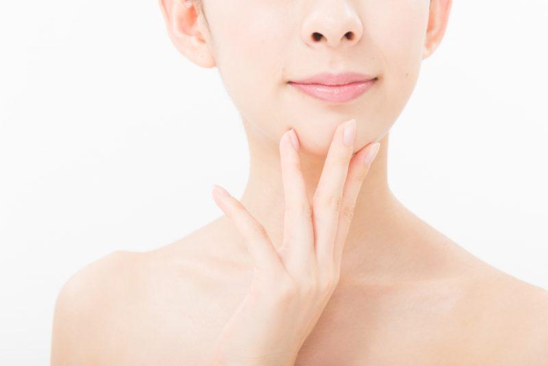 顎を触る女性