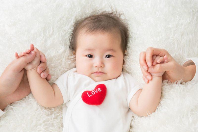 ハートのアップリケ赤ちゃん左右手つなぎ
