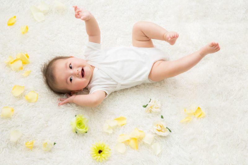 ノリノリ赤ちゃん黄色い花添え