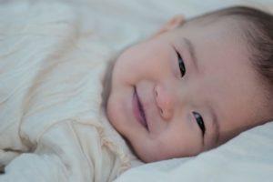 赤ちゃん横向き笑顔背景暗め
