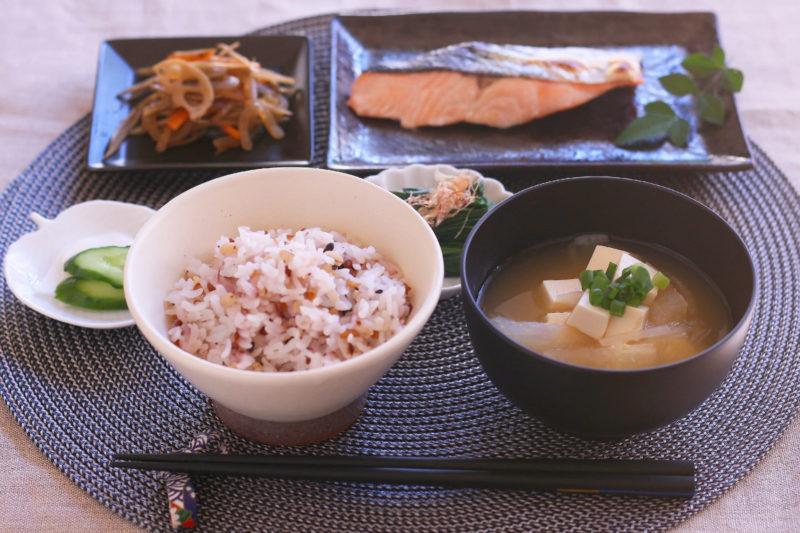雑穀米・味噌汁・きんぴら・鮭の定食