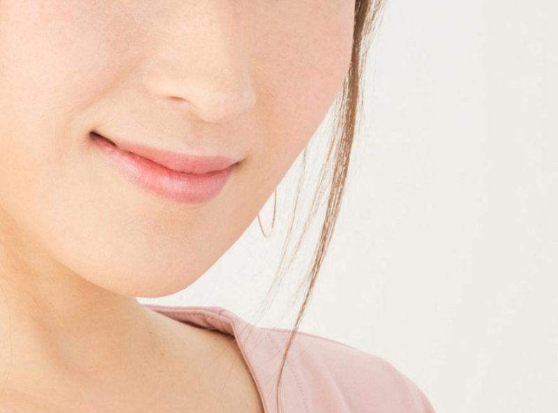 ピンクの服を着た鼻の下と口元のアップの女の人