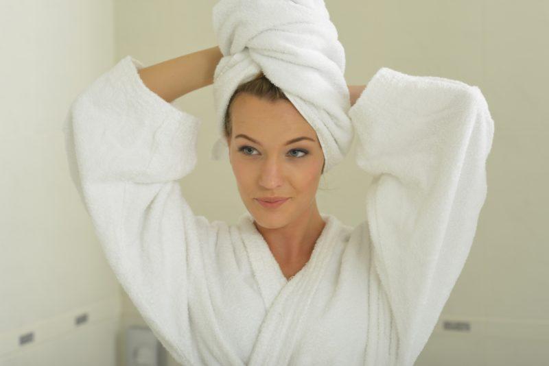 頭にタオルを巻く外国人女性