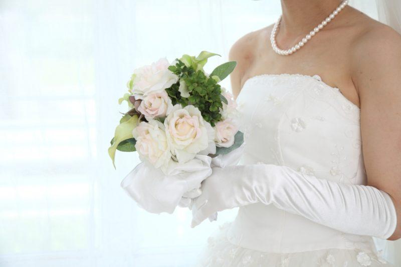 首や胸元がきれいな花嫁
