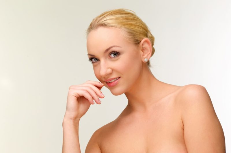 金髪外国人女性バストアップ斜に構えたポーズ