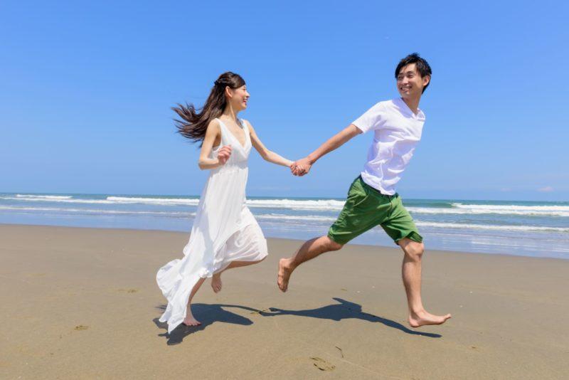 浜辺を走るカップル