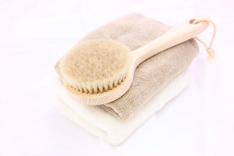 洗顔ブラシと茶と白のタオル