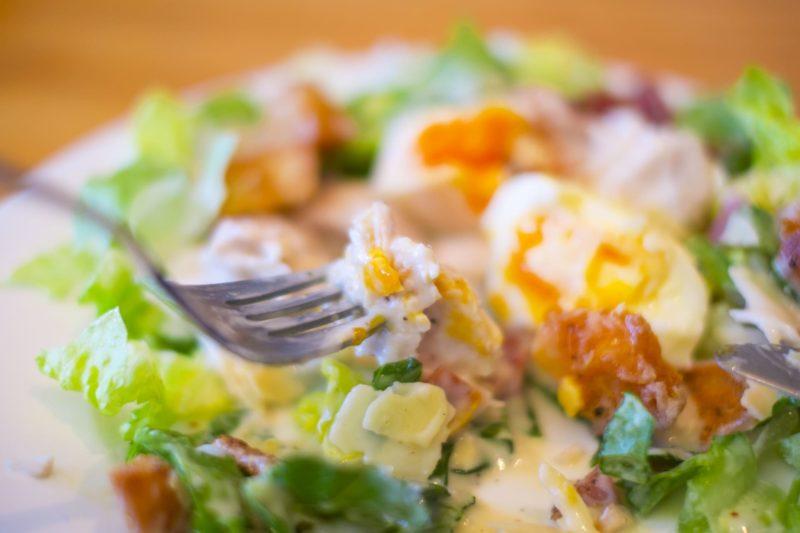 卵が盛り付けられたサラダのインサート風写真