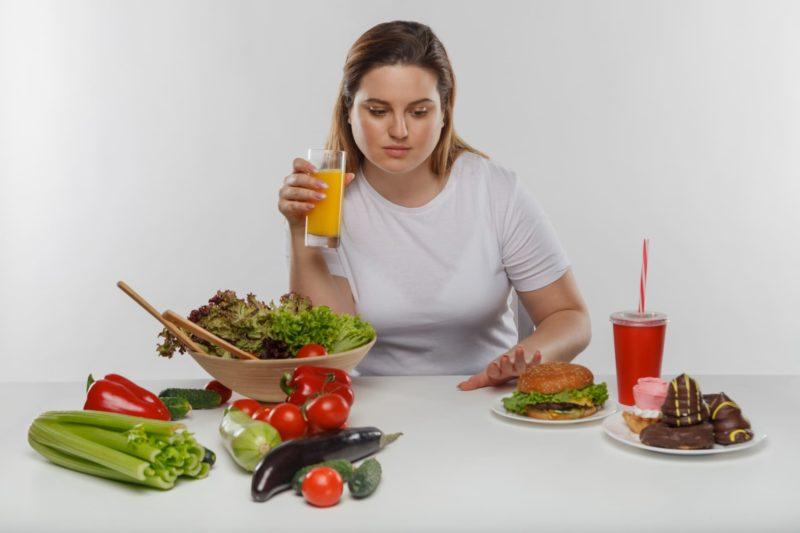 一生懸命誘惑に負けないで野菜を摂ろうとしている女性
