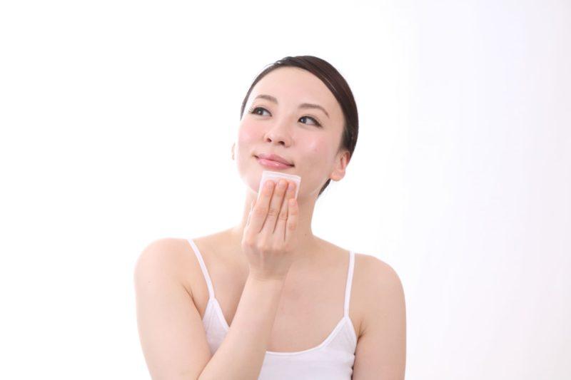 コットンで優雅に顎を拭いている女性