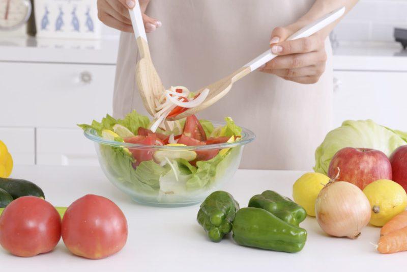 多くの野菜を使ってサラダを作っているところ