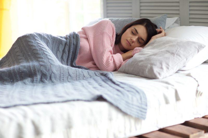 ベッドで眠る外国人女性